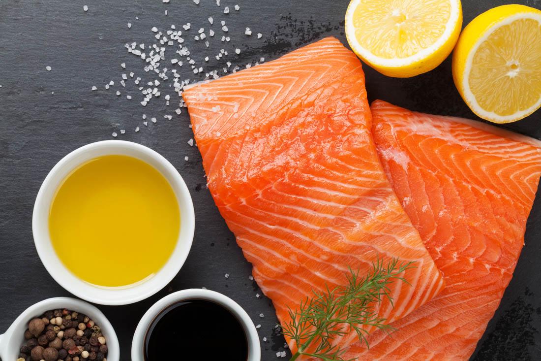 Eneldo y aceite de oliva en salmón y otros pescados